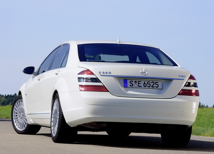 If you think the Mercedes S320 cdi looks good in white (which it does), you should see what it looks like in black.