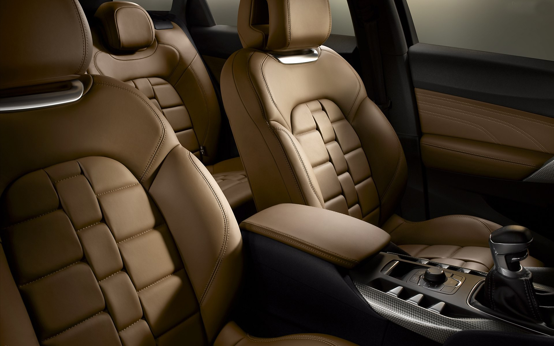 Watchstrap leather seats make for some of the best looking recliners in the all new Citroen DS5.